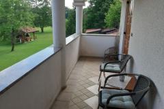 balkon-I.nadst_.-z-razgledom-na-park